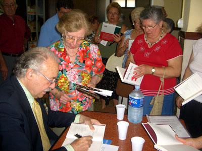 Francisco Ponce firmando sus libros