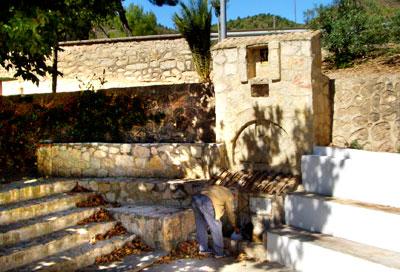 Recogiendo agua en la fuente de la Mina