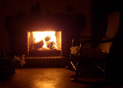 Descanso en la mecedora al calor de la chimenea