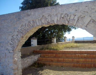 Arco a la entrada del recinto