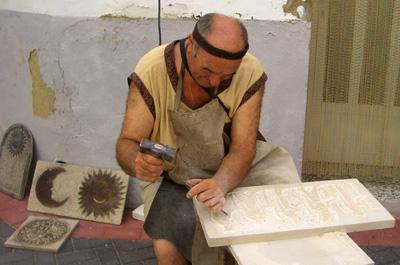 Artesano tallando la piedra