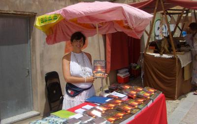 Mayka promocionando sus libros