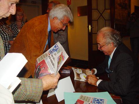 Francisco Ponce (escritor y articulista de 20minutos) Firmando su libro