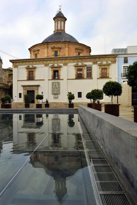 Basílica de la Virgen de los Desamparados que da a la Plaza de L'Almoina