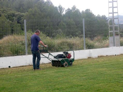 Trabajando en el campo del Castellnovo C.F.