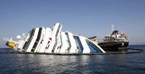 El Costa Concordia lamentablemente encallado