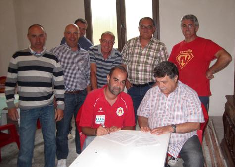 Entrenador y Presidente, firmando los acuerdos