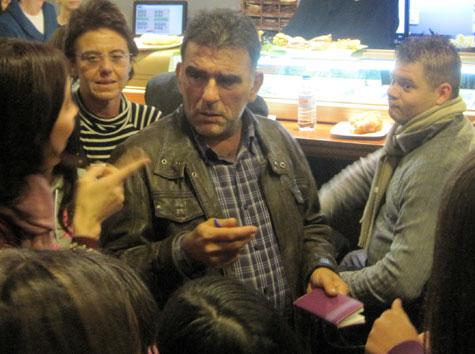 Comisario con el público testigo