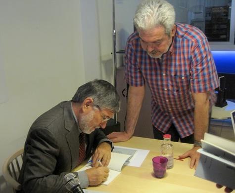 Ricardo sigue firmando ejemplares