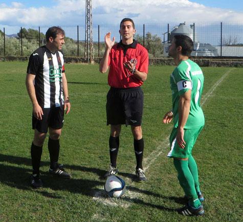 Capitanes y árbitro sorteo de campos