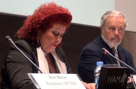 Consuelo Ciscar en el uso de la palabra y Pedro J. de la Peña