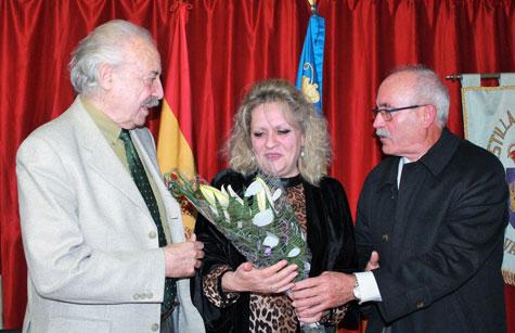 Antonio Baños le entrega un ramo de flores