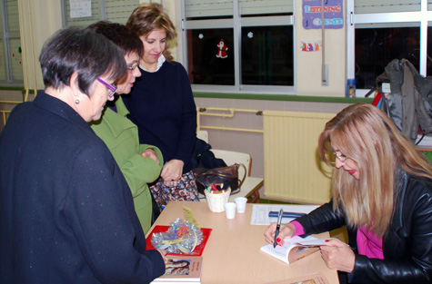 Amparo Peris (Autora) firmando ejemplares