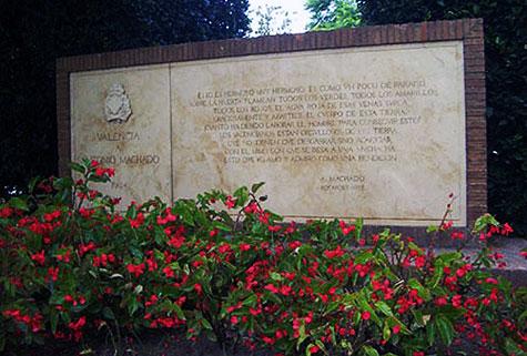 Monumento en homenaje a Antonio Machado en los viveros de Valencia