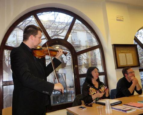 Presidencia mesa y violín de Alejandro de Sousa