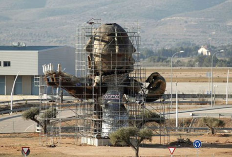 Monumental  estatua en el Aeropuerto (sin servicio) de Castellón