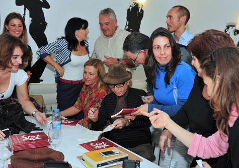 Antonio Monzonís con sus admiradoras