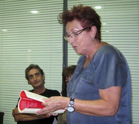 Lola Cañadas, recitando un fragmento de su libro