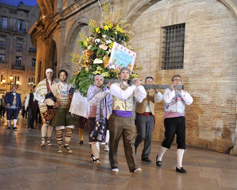 Valencianos portando una canasta de flores