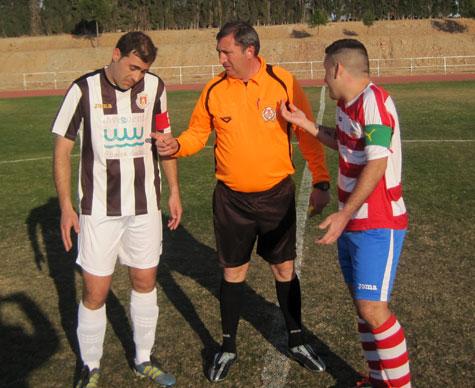 Capitanes y árbitro  sorteando campo