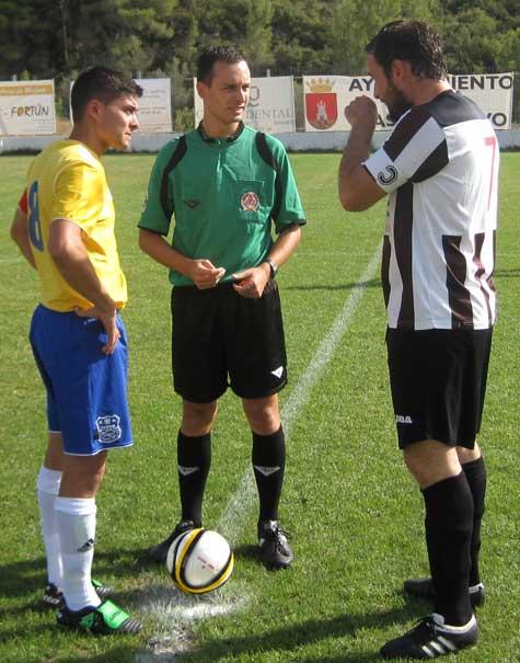 Capitanes y árbitro en el sorteo de campos