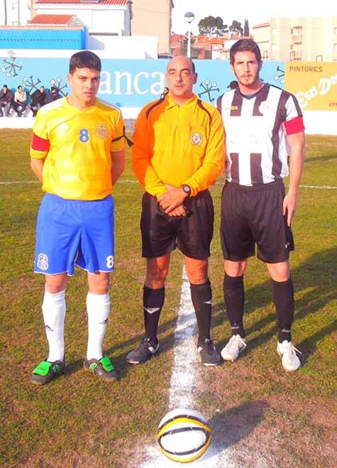 Capitanes y árbitro del encuentro