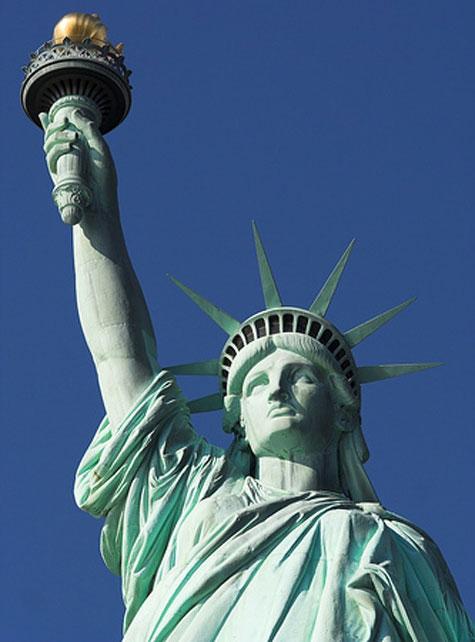 Estatua de la libertad alzando la antorcha