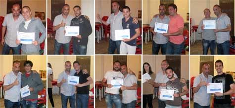 Iván (entrenador) entrega diferentes diplomas a jugadores