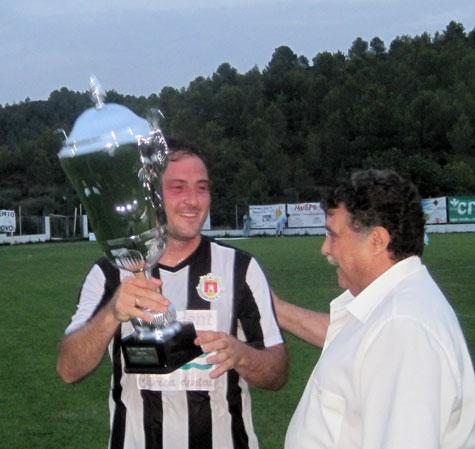 El Capitán Clemente recibe la copa del Presidente Ramón Ponce