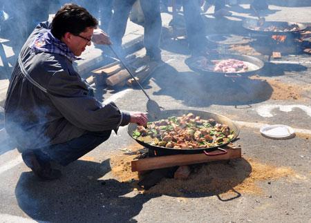 Cocinar una paella fallera 2010