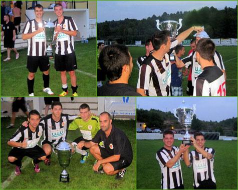 Los jugadores del Castellnovo C.F. con la copa conseguida