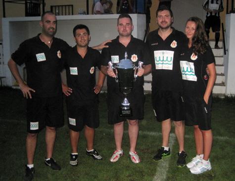 """Cuerpo Técnico con la copa conseguida en el III trofeo """"Ramón Ponce"""""""