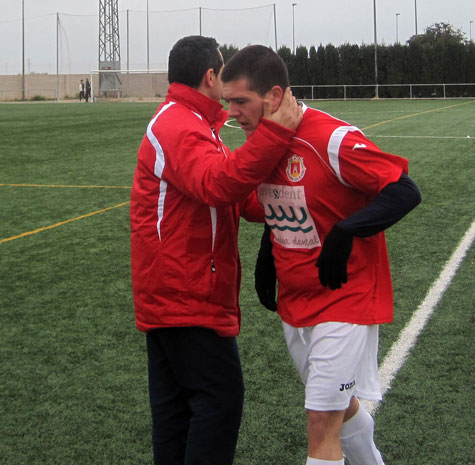 Stefan (Entrenador) felicita al jugador Borja
