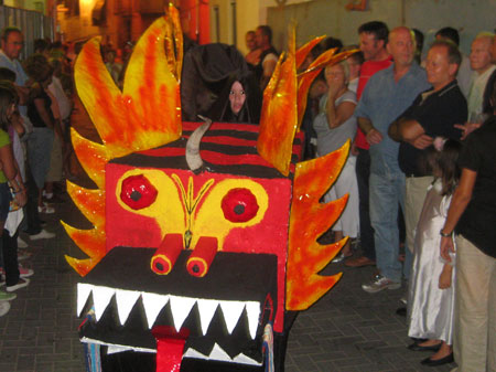 Dragón recorriendo el pueblo