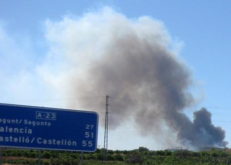 El incendio se aproxima a la autovía