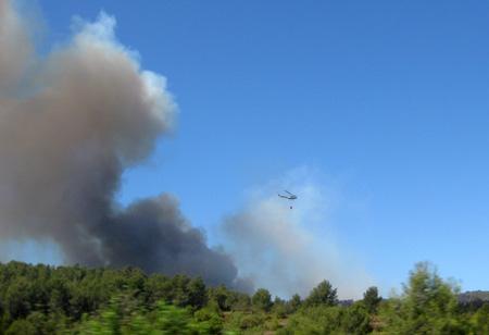 Helicópteros intentan apagar el fuego