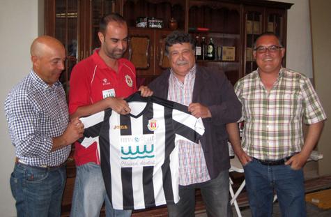 Entregando la camiseta del Castellnovo C.F.