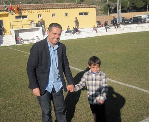 Stefan Stoica nuevo entrenador del Castellnovo C.F. y su hijo para el saque de honor