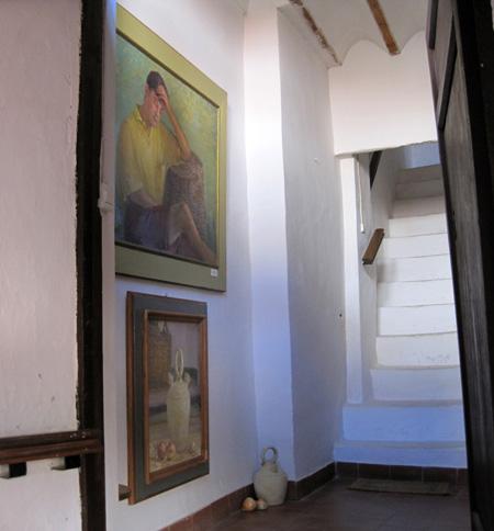 Escalera interior que conduce al estudio de Paquita Sabrafén