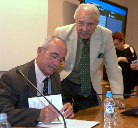Antonio Baños firmando el libro para Francisco Ponce