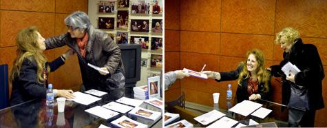 Ana Arias firmando su libro