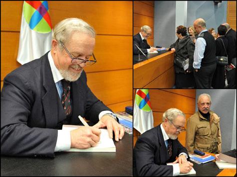Firmando ejemplares del libro.
