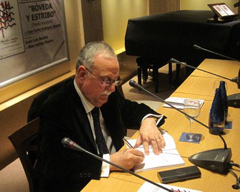 Juan Carlos Rodríguez Búrdalo firmando ejemplares de su poemario
