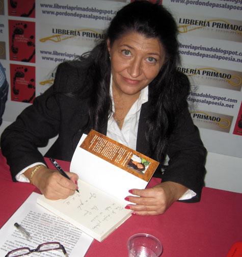 Ana Giner firmando su libro