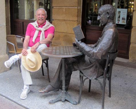 Francisco Ponce (Escritor) posa con la estatua de Gerardo Diego