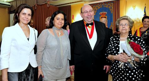 Viuda e hijas de D.Félix González, acompañadas del presidente D. José Hoyo