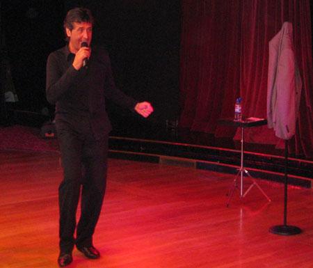 Paco Calonge actuando de humorista