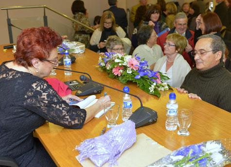 Lola Mazzeo (Lola Cañada) firmando ejemplares de su libro.