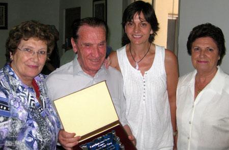 Con sus dos hermanas y una antigua alumna