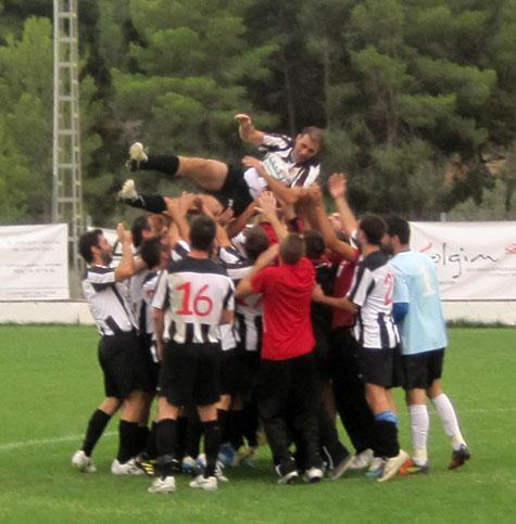 Feliz 'manteo' al jugador Francisco Gázquez del Castellnovo C.F.